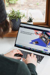Person arbeitet an einem Laptop und mit geöffnetem Browser (Roberto Cortese/Unsplash)